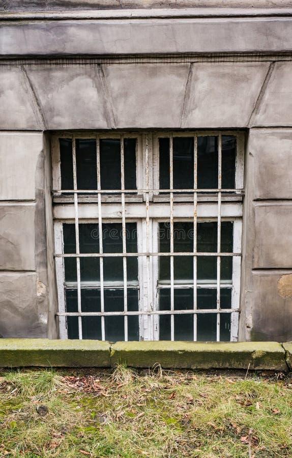 Fönster med raster arkivfoto
