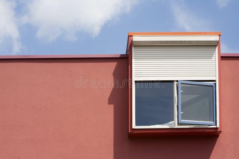 Fönster med säkerhetsrullgardinen royaltyfri fotografi