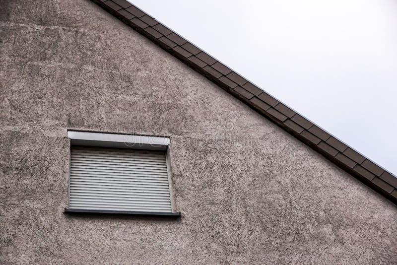 Fönster med stängda slutare, säkerhetsrullgardiner fotografering för bildbyråer
