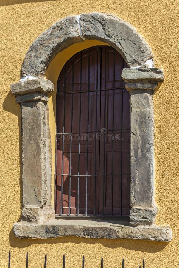 Fönster med stenramen royaltyfria bilder