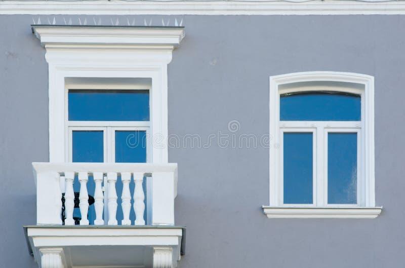 Fönster och balkong arkivfoto