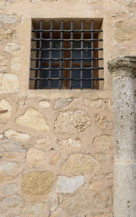 Fönster och kolonn på stenbyggnad arkivbild