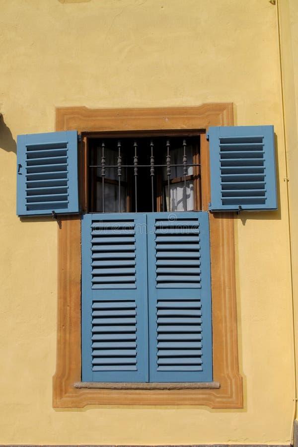 Fönster och slutare i Monforte D 'album, Italien fotografering för bildbyråer