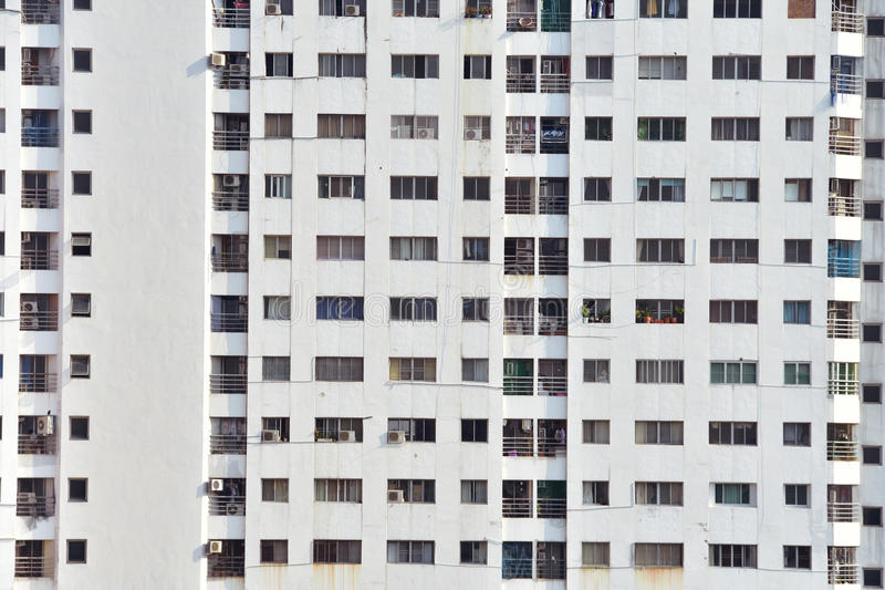 fönster på byggnad på den soliga dagen arkivfoton
