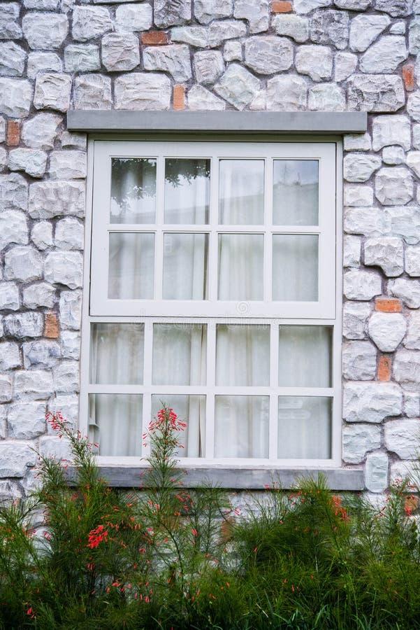 Fönster på hus arkivbild