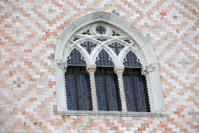 Fönster på Palazo Ducale yttersida arkivbilder