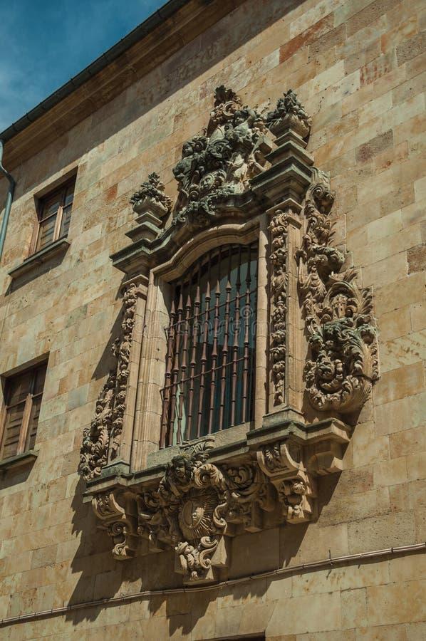 Fönster på stenväggen av gammal byggnad på Salamanca arkivbilder