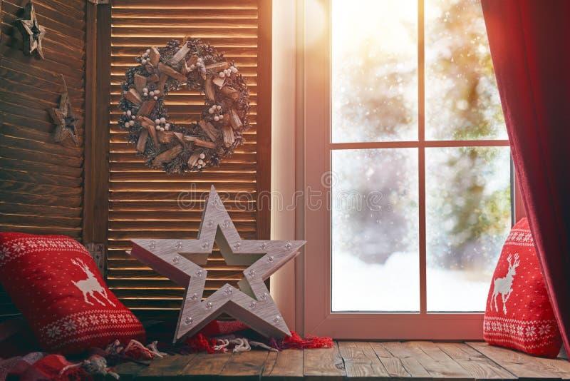 Fönster som dekoreras för ferier royaltyfria foton