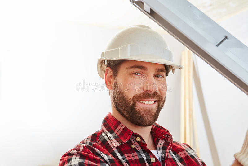 Fönsterbyggmästaremekaniker som passar det nya fönstret arkivfoto