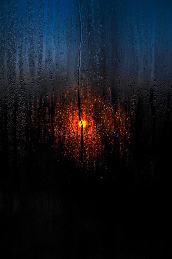 Fönsterdroppar av regnsolnedgången av solplatslandskapet arkivbild