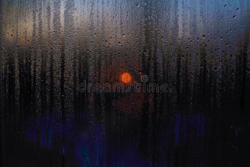 Fönsterdroppar av regnsolnedgången av solplatslandskapet fotografering för bildbyråer
