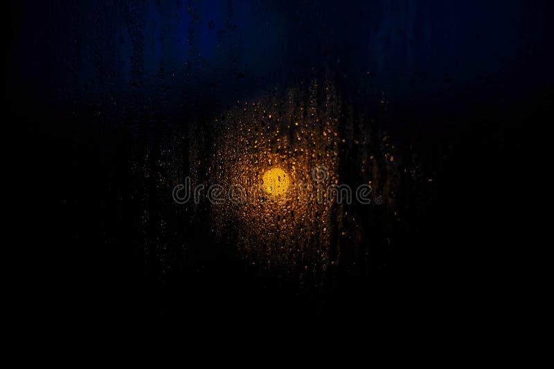 Fönsterdroppar av regnsolnedgången av solplatslandskapet arkivfoto