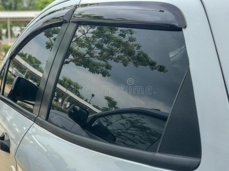 Fönsterexponeringsglas av bilsidosikten fotografering för bildbyråer
