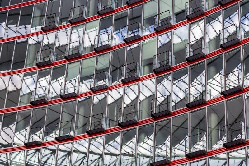 Fönsterfasad av en modern byggnad arkivfoto