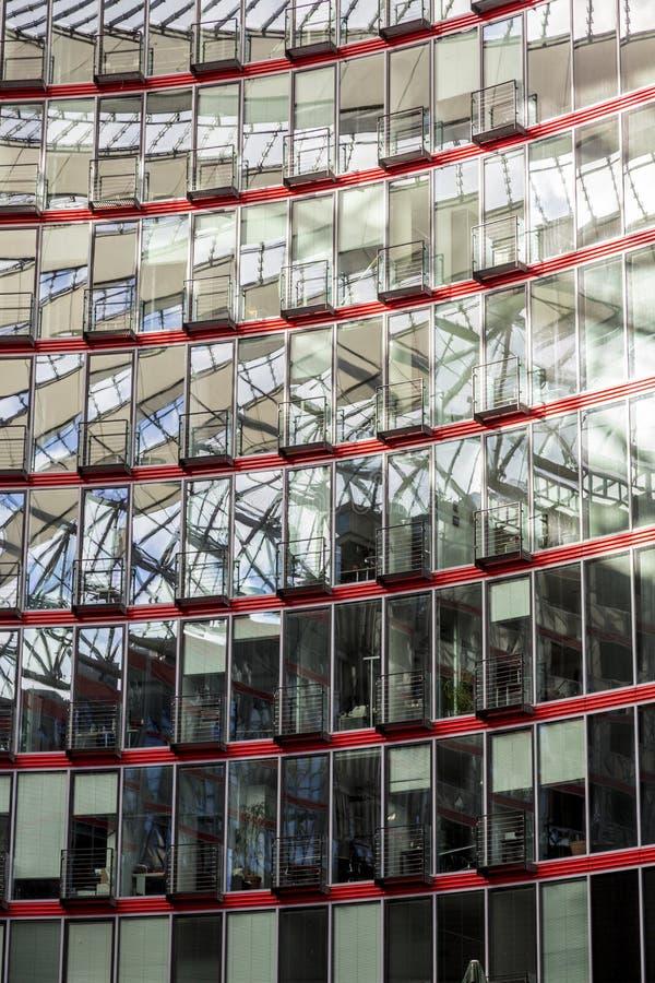 Fönsterfasad av en modern byggnad arkivbild