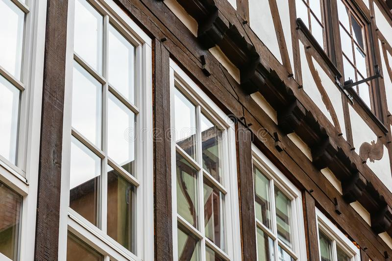 Fönsterframdel av ett korsvirkes- hus arkivfoto