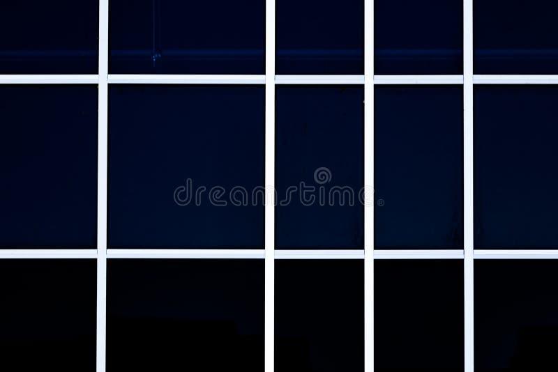 Fönsterglasväggslut upp sida av byggnad royaltyfria bilder