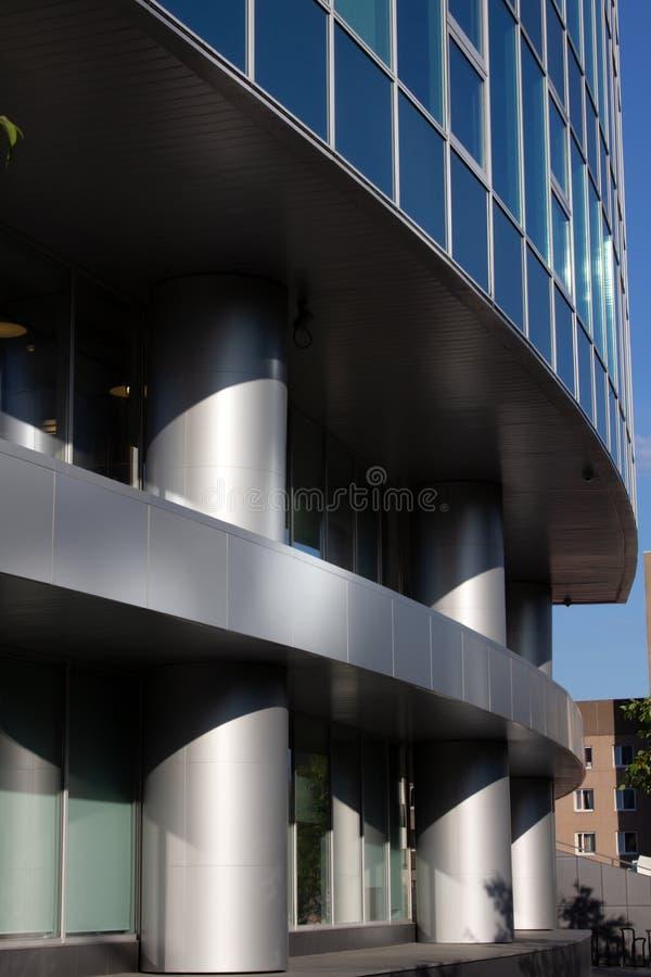 Fönsterglasyta med reflektion i distriktscentrum royaltyfria bilder