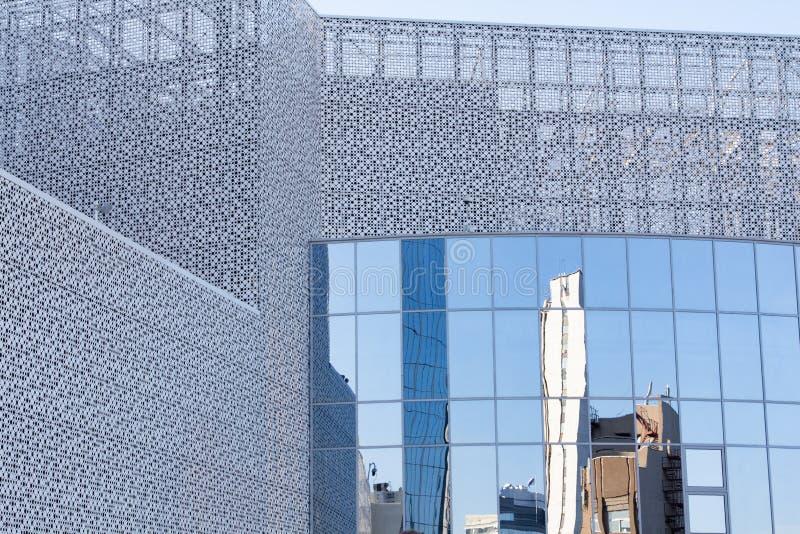 Fönsterglasyta med reflektion i distriktscentrum fotografering för bildbyråer