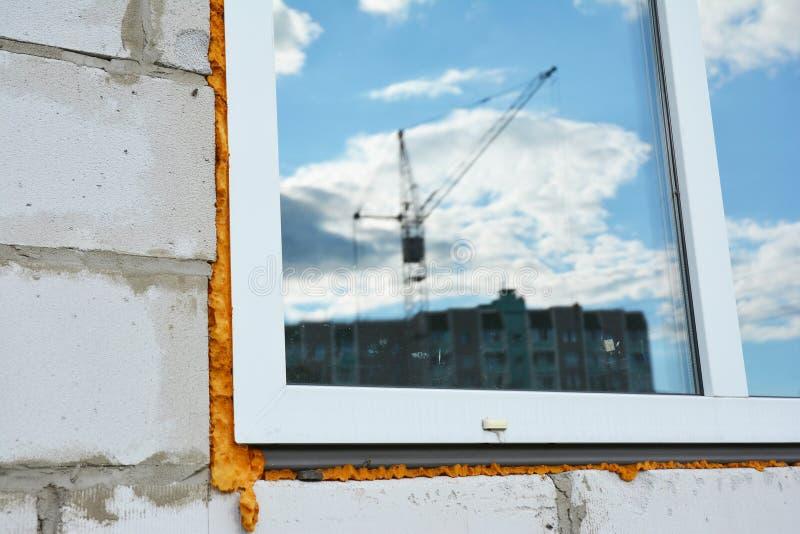 Fönsterkonstruktion med isolering Fönsterinstallations- och utbytesdetaljer fotografering för bildbyråer