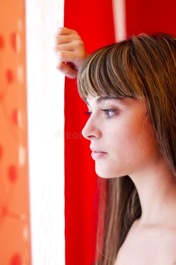 fönsterkvinna arkivbilder