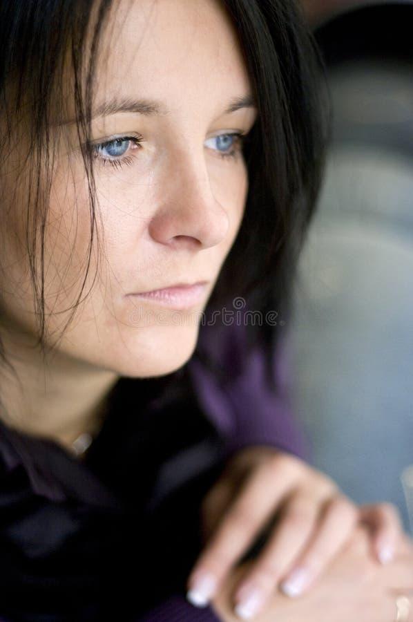 fönsterkvinna arkivfoto