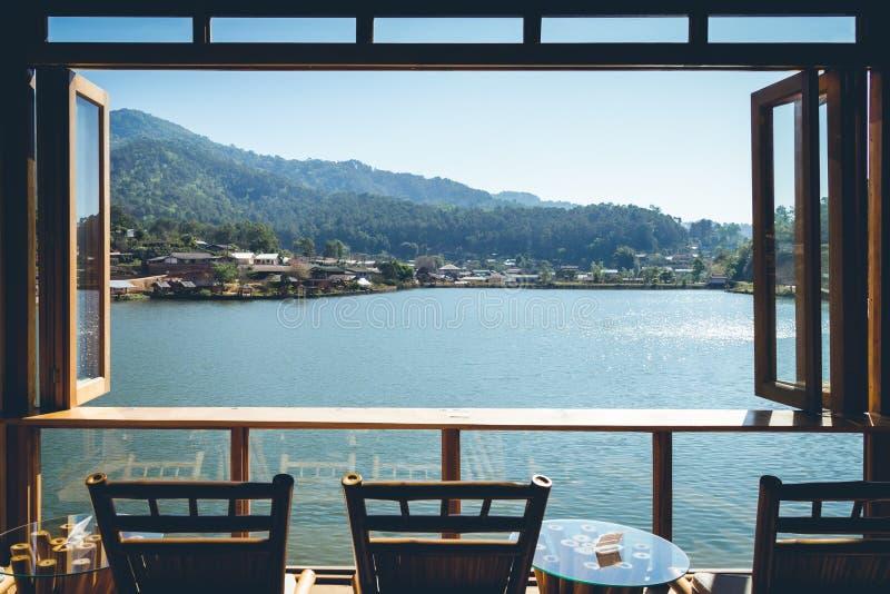 Fönsterplats av sjön, landskapsikt från fönster Ram av landskapet royaltyfri bild