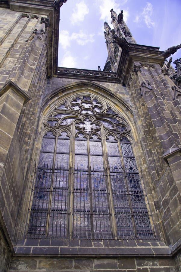 FönsterPrague St Vitus Cathedral på Hradcany i den Prague slotten royaltyfri bild