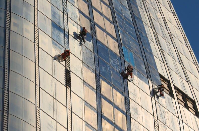 Fönsterrengöringsmedel som arbetar på en ny skyskrapa` vas`en i Southwark London Juni 2018 arkivfoto
