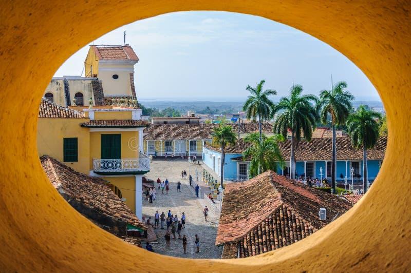 Fönstersikt från San Francesco Convent i Trinidad, Kuba arkivfoton