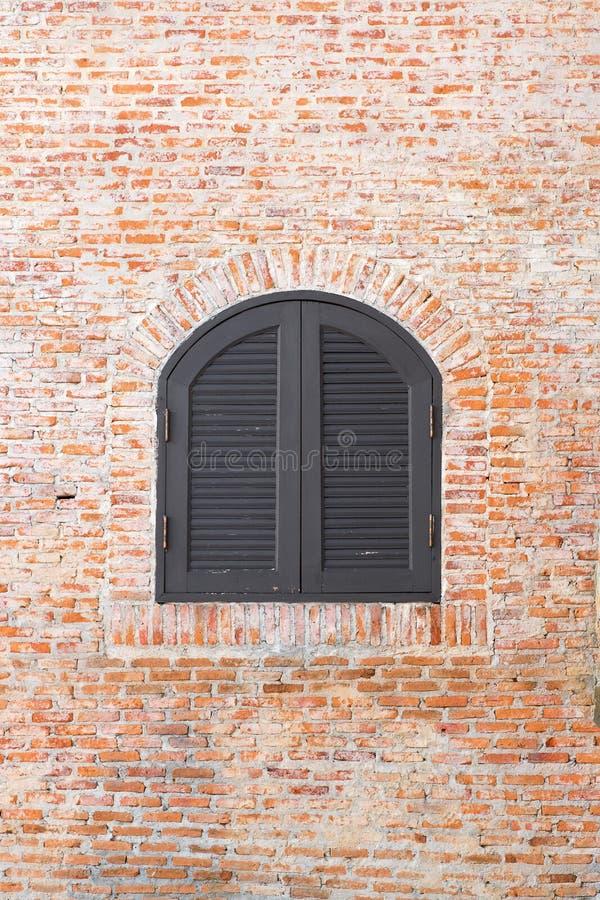 Fönstertappning på tegelstenväggen royaltyfri fotografi