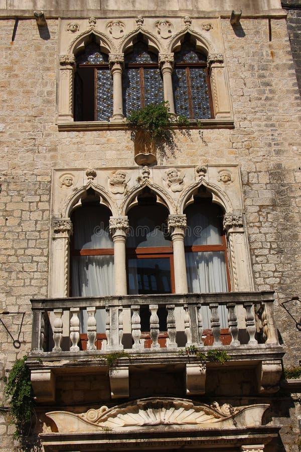 Fönstren av den renässansCipiko slotten från det femtonde århundradet i Trogir Kroatien royaltyfri foto