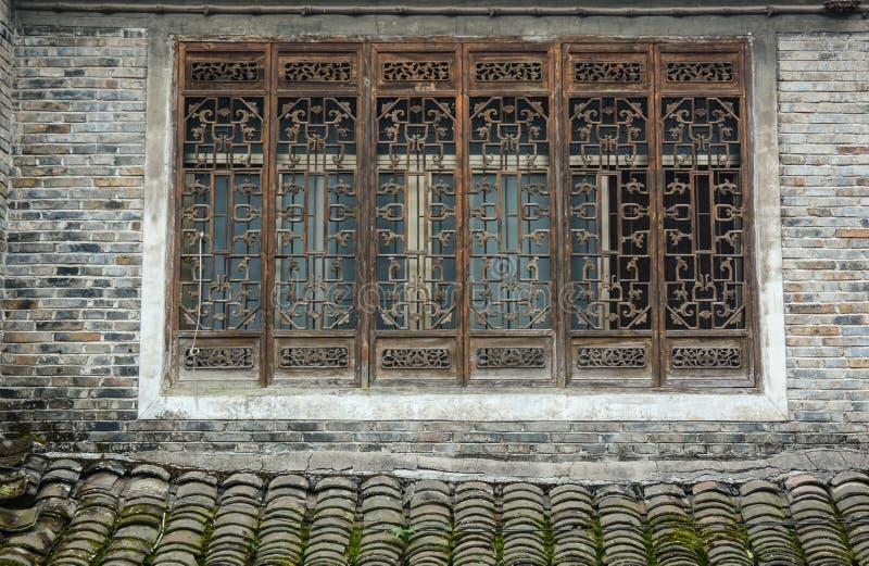 Fönstren av det forntida huset på den Fenghuang staden i Hunan, Kina arkivfoto