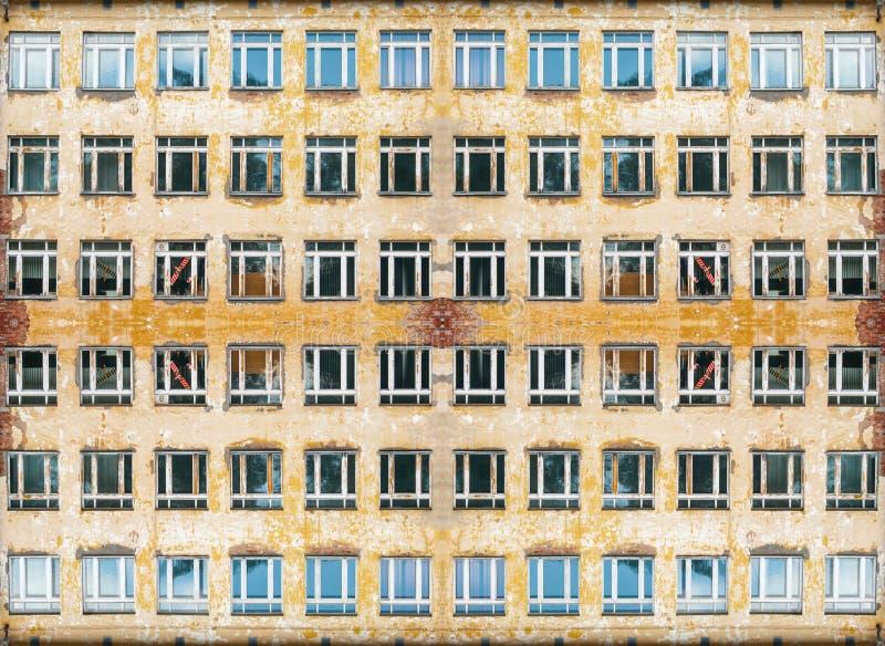 Fönstren på den gamla gula väggen med kollapsad murbruk - en oändlig kanfas, en sömlös textur från fotoet royaltyfri foto