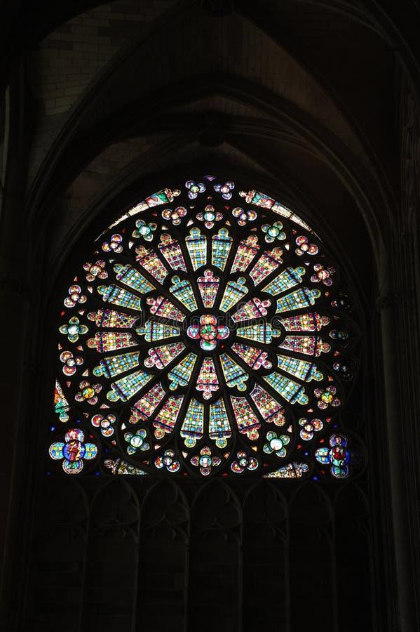 Fönstret av basilicaen St-Nazaire på Carcassonne fotografering för bildbyråer