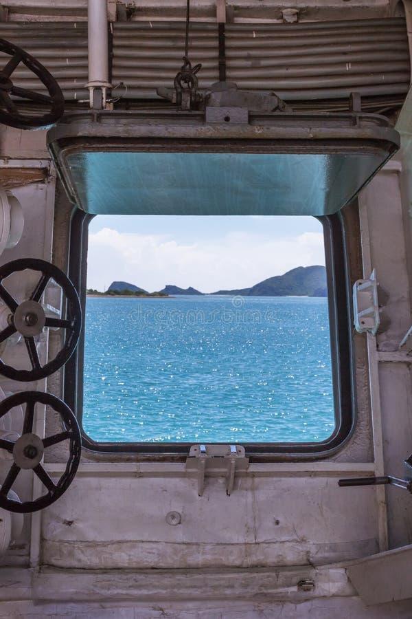 F?nstret av en krigsskepp royaltyfria bilder