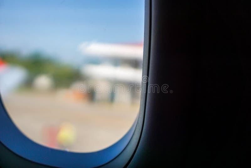 Fönstret av nivån som tas från yttersidan arkivbilder