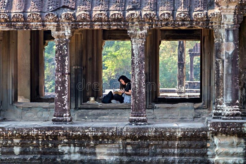 Fönstret för den Angkor stenramen fördärvar är templet för den turist- dragningen för en khmer den populära forntida i komplexa A royaltyfri bild
