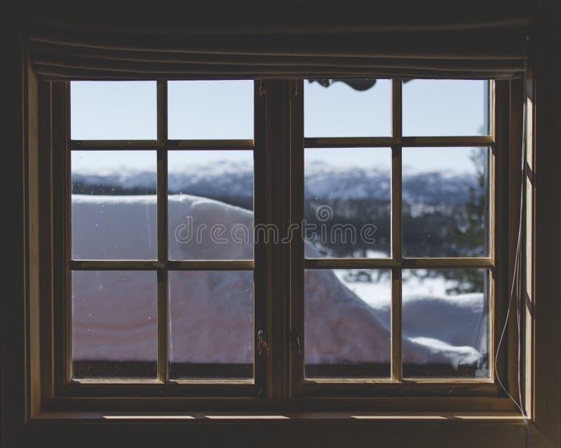 Fönstret för två förser med rutor det bruna träinramade 6 lite royaltyfri foto