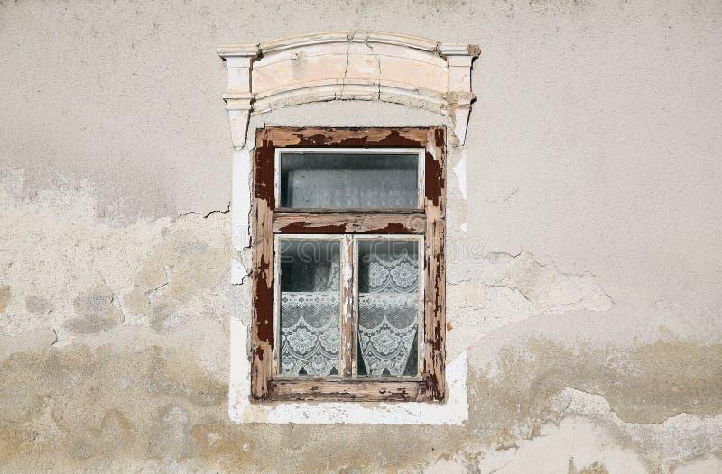Fönstret Gammalt hus arkivbilder