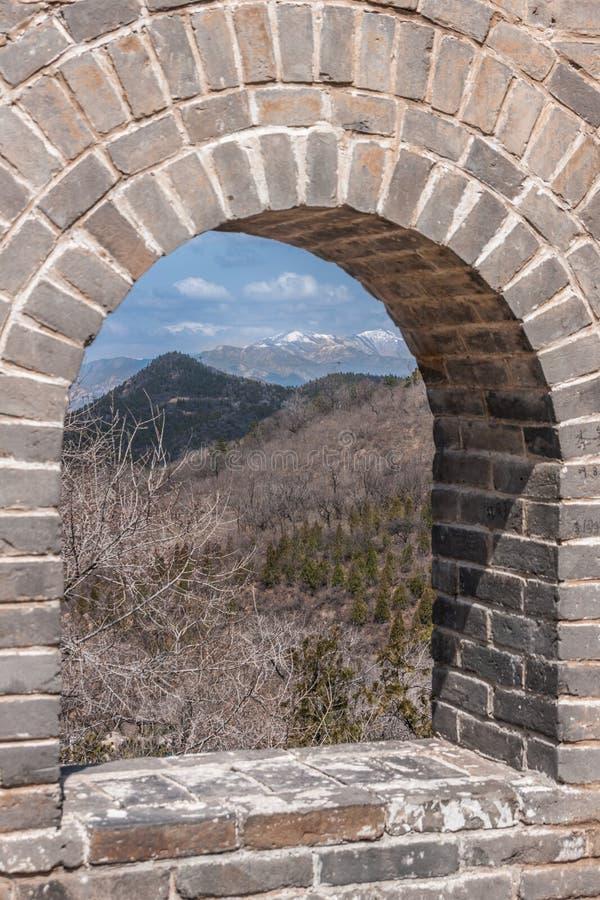 Fönstret i stor vägg av Kina visar berg, Peking royaltyfri foto