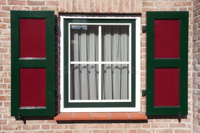 Fönstret inramar arkivbild