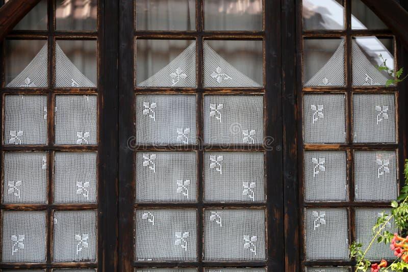fönstret med vit snör åt gardiner, royaltyfri foto