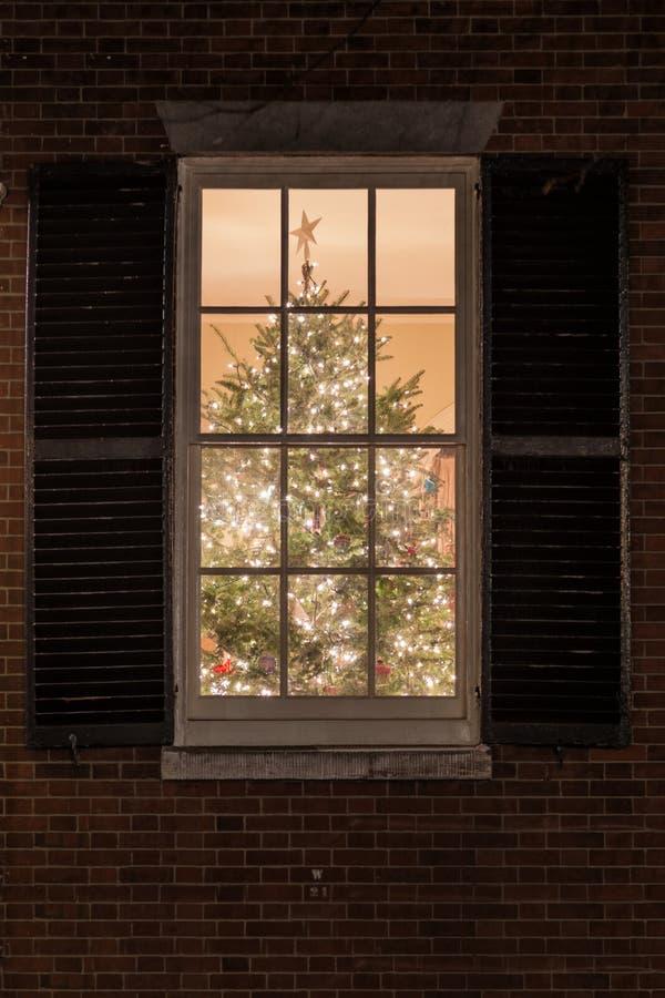 Fönstret säger god jul arkivbild