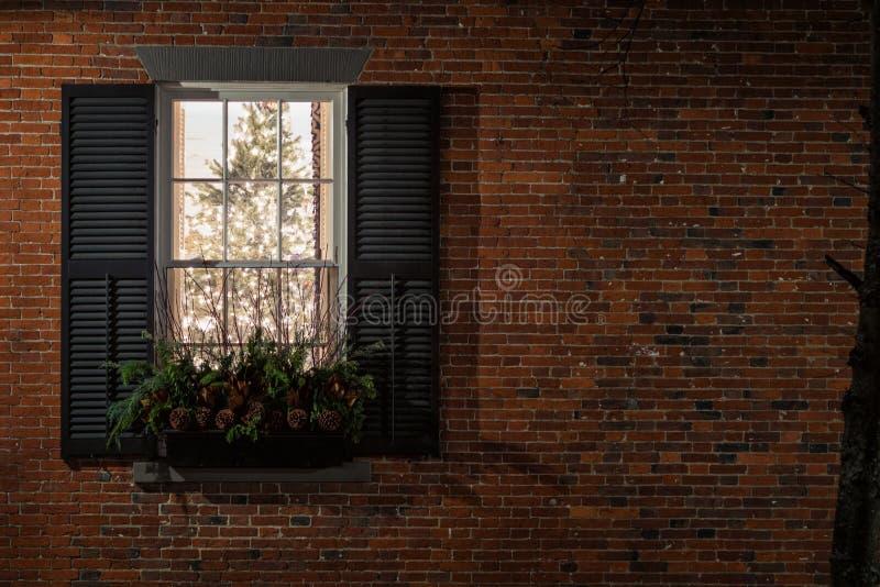 Fönstret säger god jul royaltyfri foto