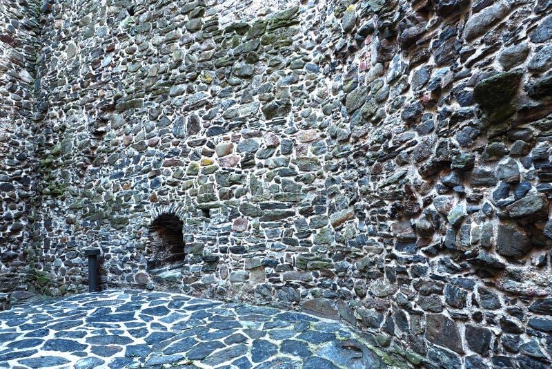 Fönstret till stenar väggen av en forntida fästning arkivbilder