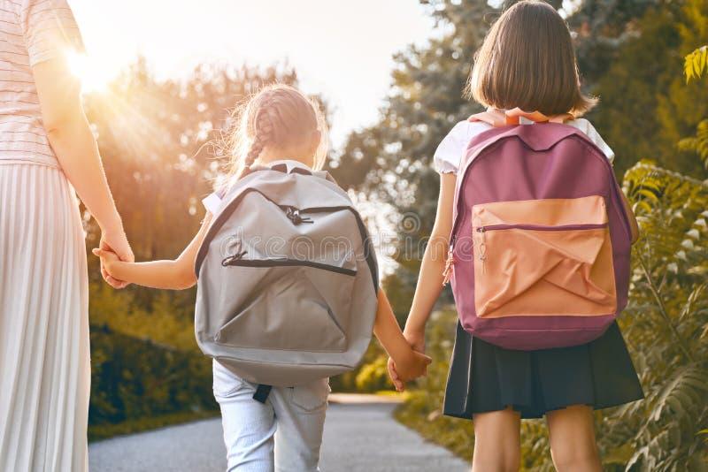 Föräldern och elever går att skola arkivfoto