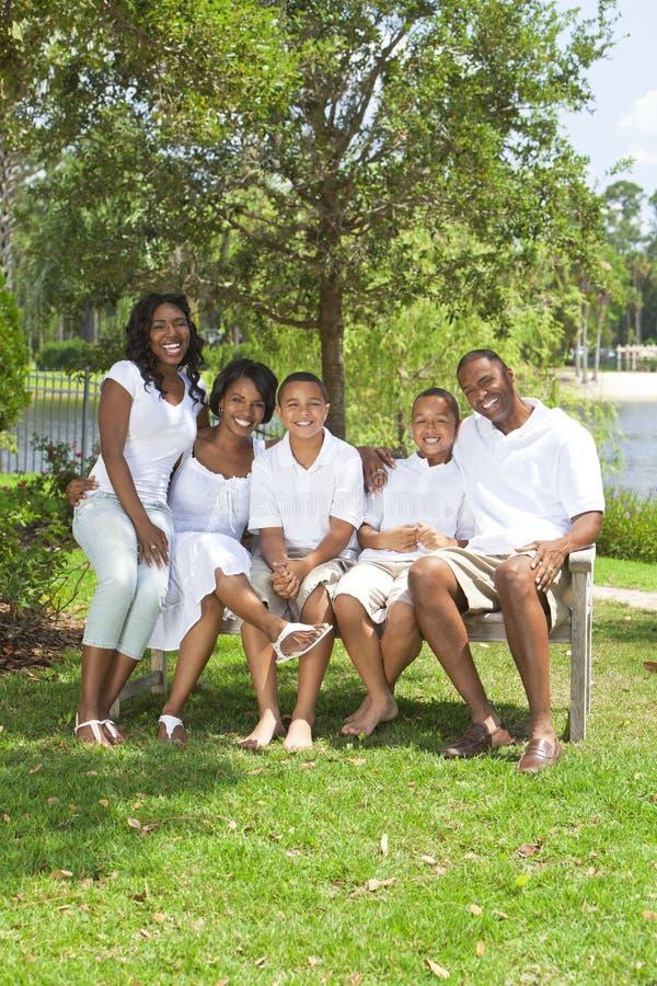 föräldrar för afrikansk amerikanbarnfamilj royaltyfria bilder