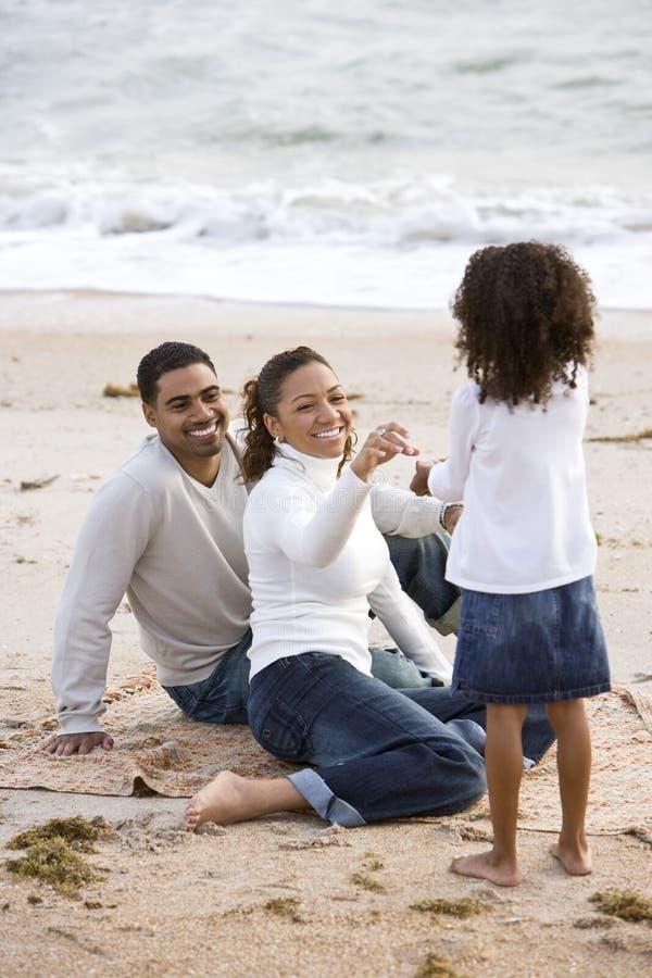 föräldrar för afrikansk amerikanstrandflicka arkivbild