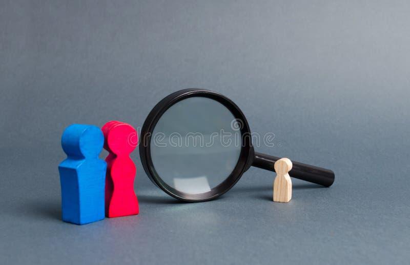 Föräldrar i sökande av ett borttappad barn eller adoption av ett barn nära förstoringsglaset Begreppet av att finna ett barn, ado royaltyfri foto